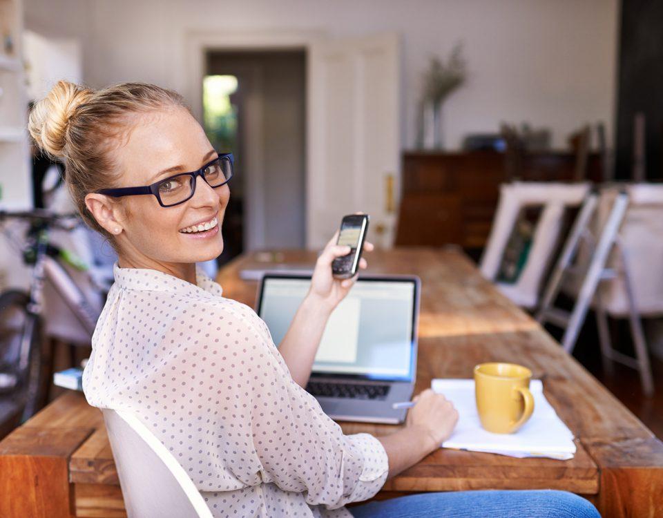 femme souriante à son travail