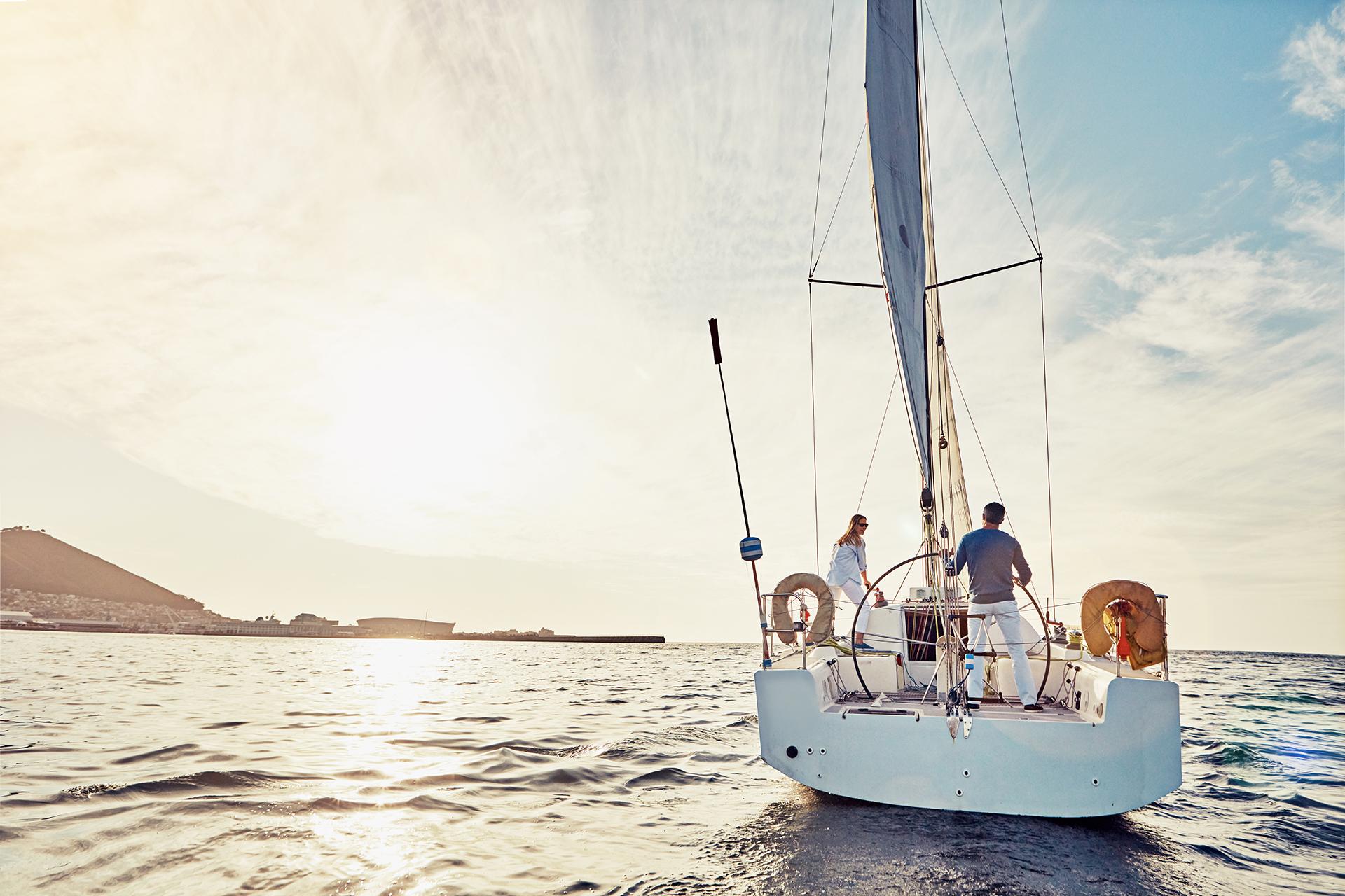 Image d'un couple sur un voilier en mer pour évoquer le développement du potentiel du cerveau, le bien-être la santé et la concentration