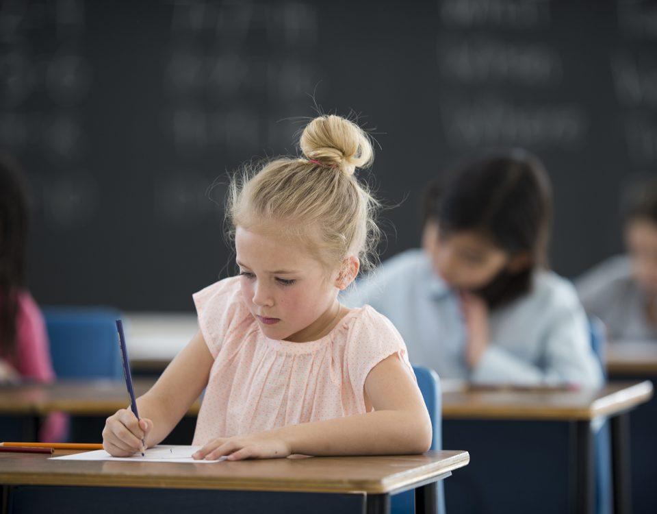 photo d'une élève concentrée à l'école, qui montre les bienfaits de la concentration avec la méthode neurofeedback